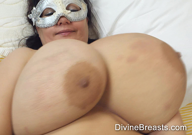 DivineBreasts Julia Classic On Back Jiggle Show