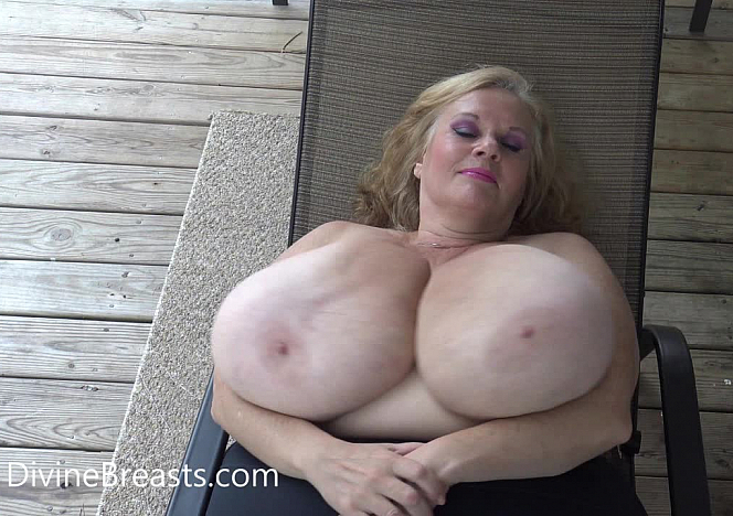 DivineBreasts Suzie 44K BBW On Back Jiggle Show