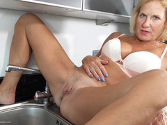 TacAmateurs MollyMILF – Pissing In The Sink HD Video