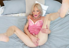 TGirl40 Foxy Mika Goes Wild On The Bed!