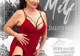 MATURE NL update   13667 hot milf amanda ryder loves to play with her shaved pussy on the couch