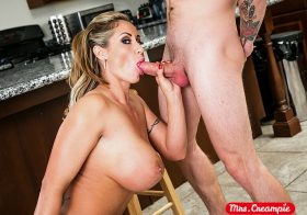 Naughty America Mrs. Creampie Eva Notty Porn star Neighbor needs milk and Eva Notty will get some heavy cream on her pie Dec 1, 2020